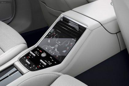 Điều hòa không khí tự động bốn vùng bao gồm màn hình cảm ứng tại khoang phía sau